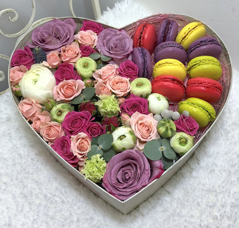Подарочная коробка с яркими цветами и 12 макарони «Сладкий поцелуй»