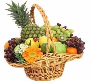 Фруктовая корзина с герберами и сладкими фруктами «Девичьи сласти»