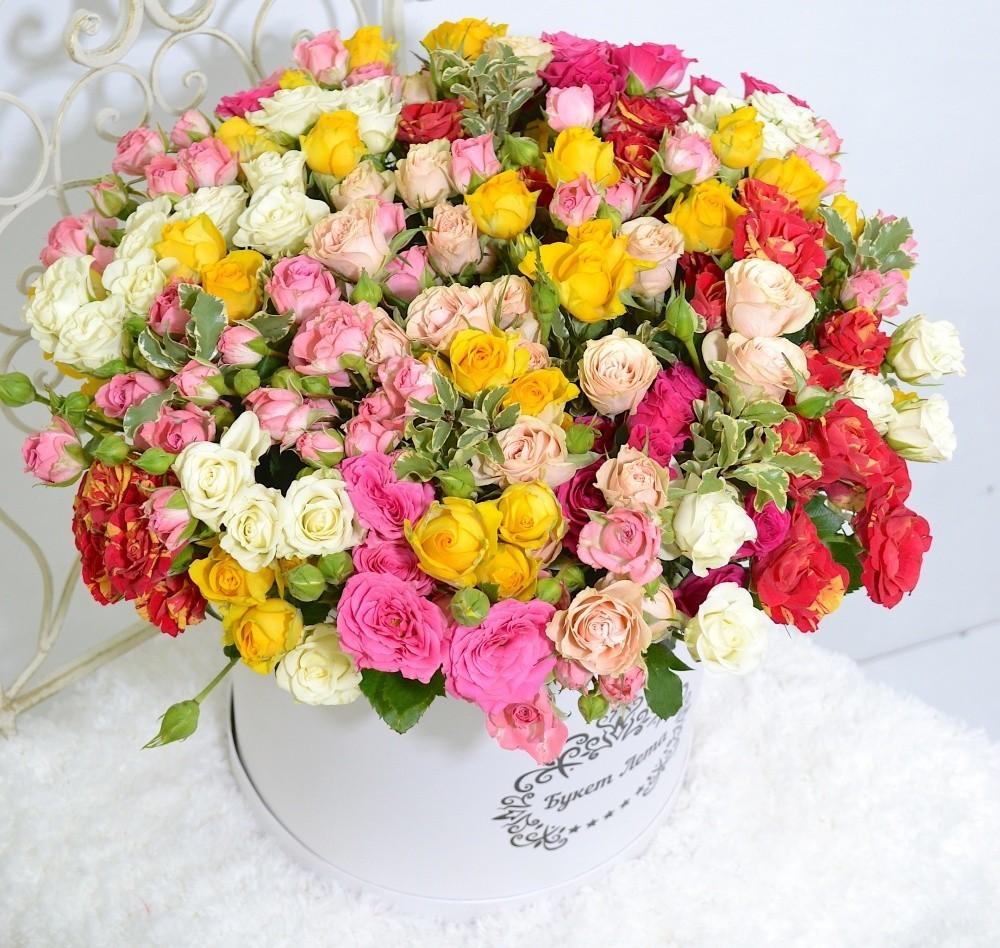 Цветы в шляпной коробке с 39 кустовыми розами «Розовая шляпка»