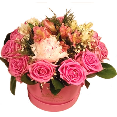 Корзина цветов с 11 розами, 3 альстромериями, пионом и зеленью «IL Mio»