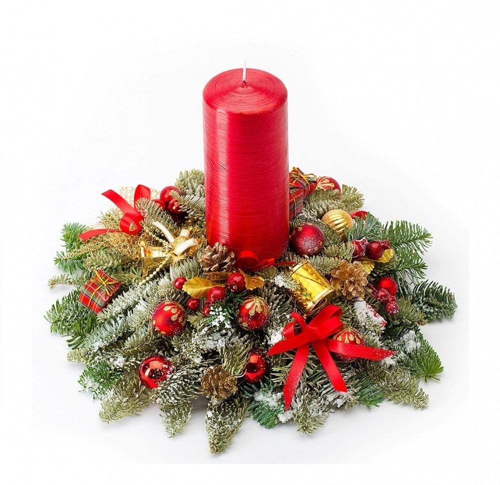Новогодняя композиция из лапника, декоративной свечи и праздничного декора «Песня Снегурочки»
