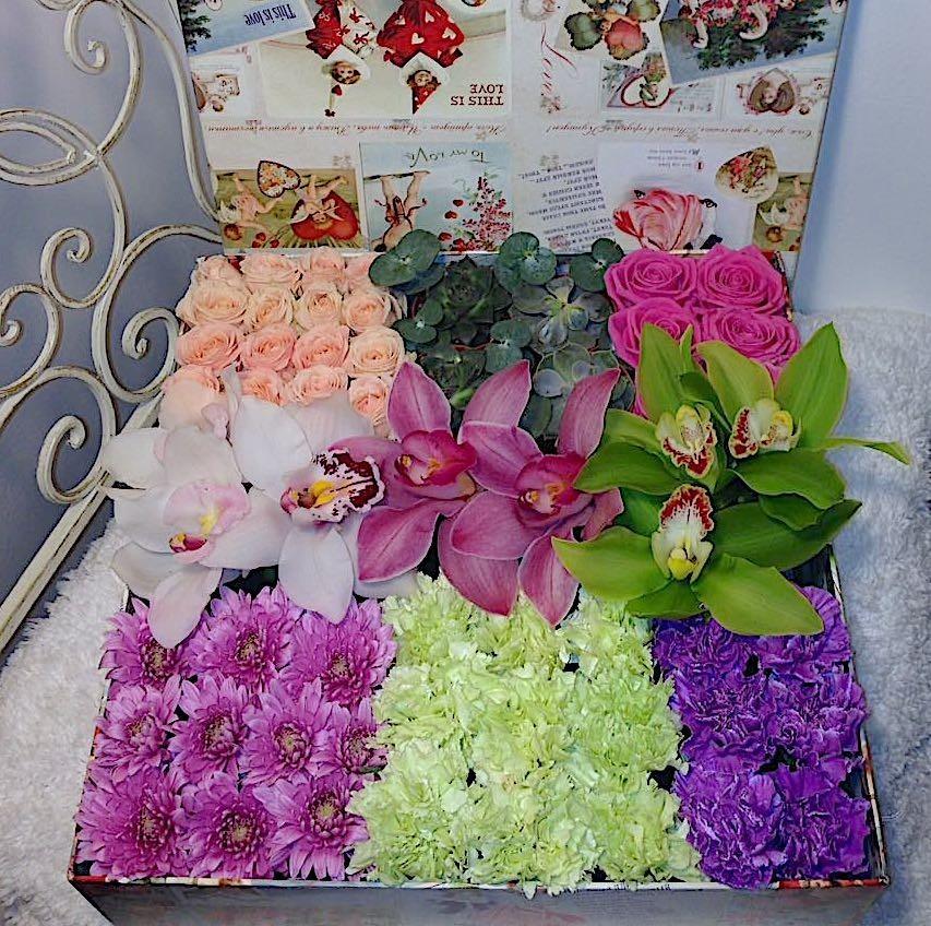 Цветы в коробке  с орхидеями, диантусами, хризантемами и розами  «Буйство красок»