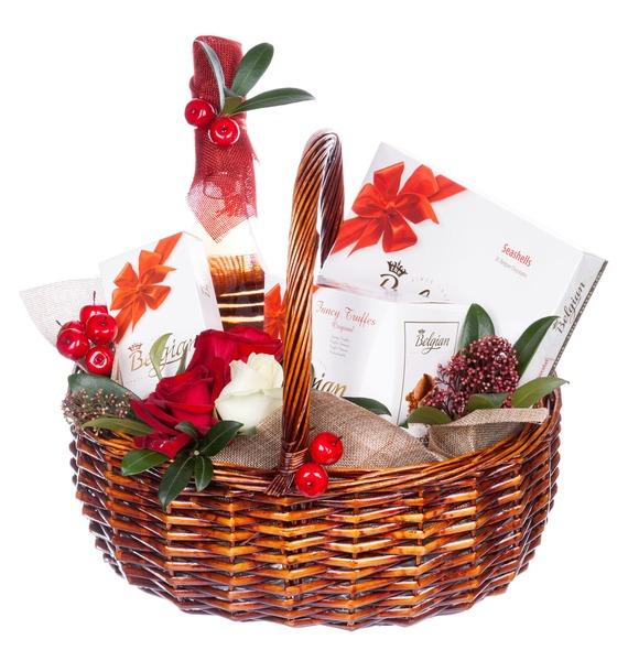 Подарочная корзина с розами, сладостями и игристым вином Carati Rose Cuvee «Щедрое гостеприимство»
