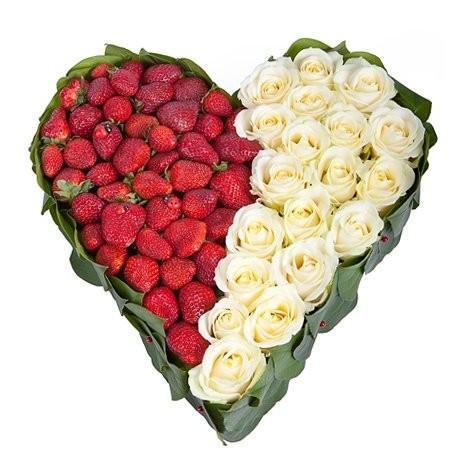 Цветочная композиция из 19 белых роз и клубники «Сладкое чувство»
