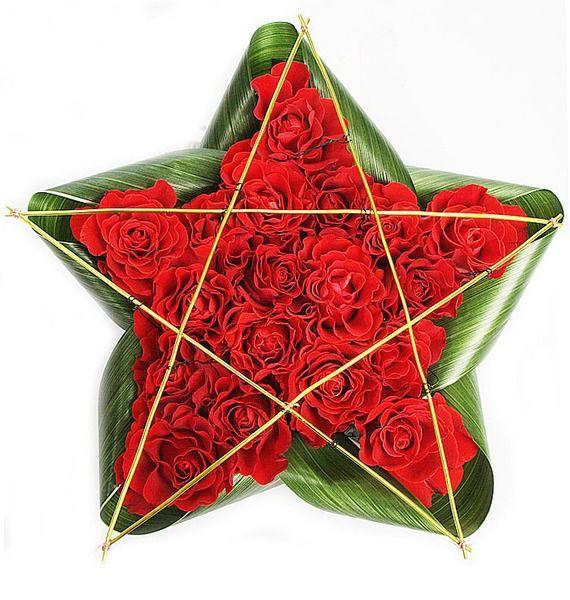 Цветочная композиция из красных цветов и зелени «Звезда Победы»