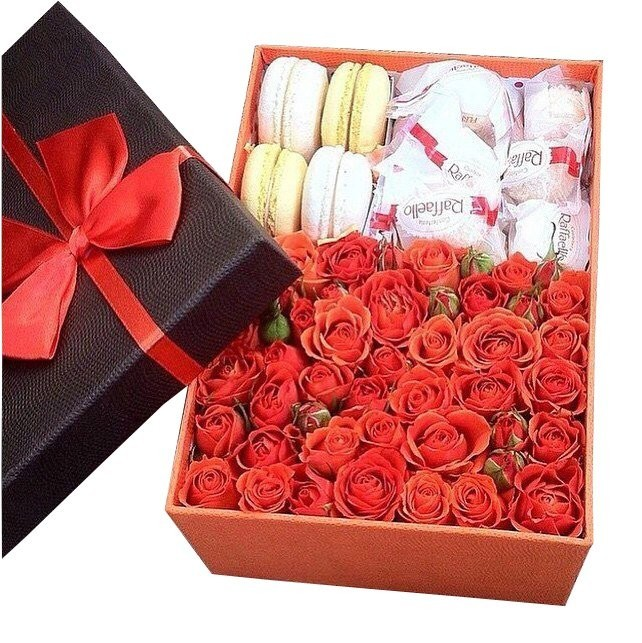 Подарочная коробка с красными розами, 4 макарони и 4 конфетами Raffaello «Океан удовольствий»