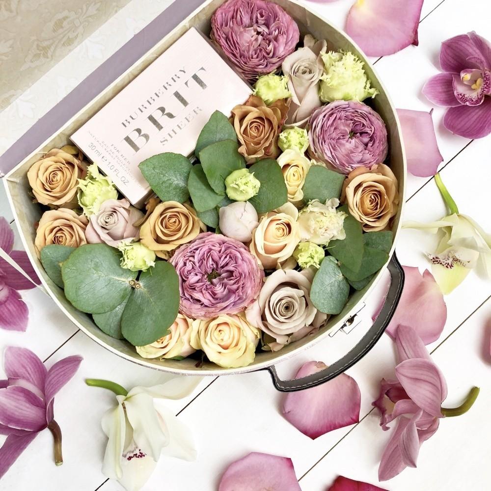Подарочная коробка с туалетной водой  Burberry Brit и розами «Подарок царице»