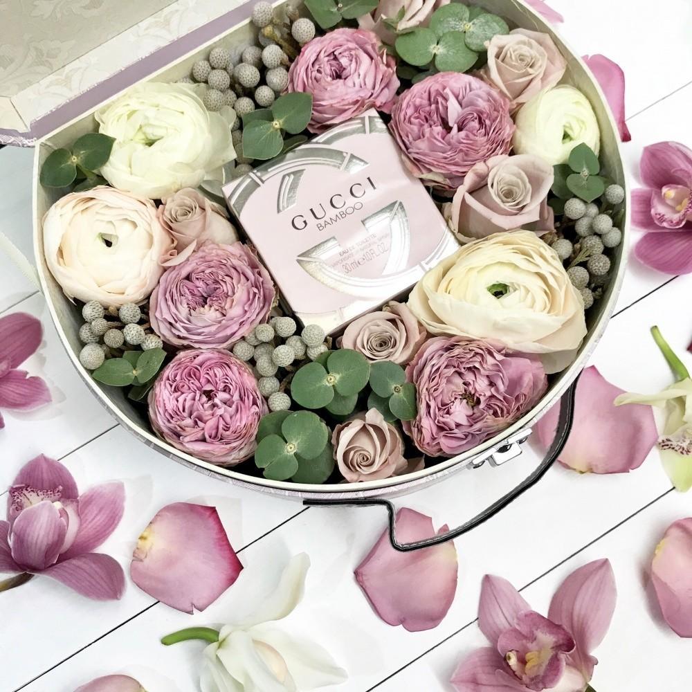 Подарочная коробка с туалетной водой Gucci Bamboo и пионовидными розами «Истинная леди»