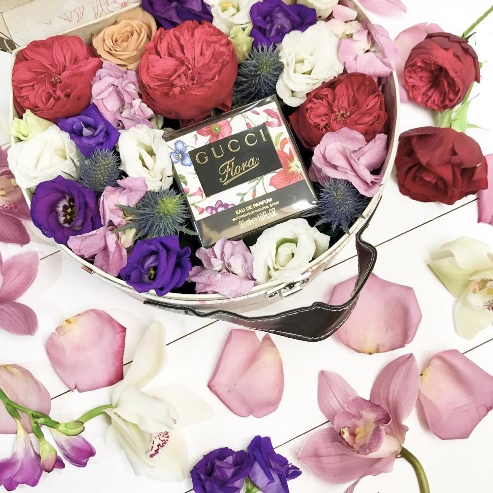 Подарочная коробка с туалетной водой Gucci Flora и яркими цветами «Цветочная косметичка»