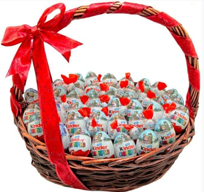 Подарочная корзина с 35 киндер-сюрпризами «Сладкая загадка»